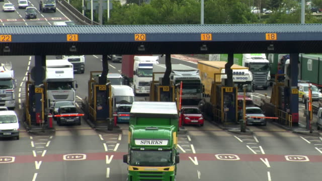 vídeos y material grabado en eventos de stock de ms, ha, cars crossing toll booths in orbital motorway, london, england - peaje