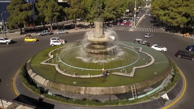 cars drive by diana the huntress fountain, aerial - weibliche figur stock-videos und b-roll-filmmaterial