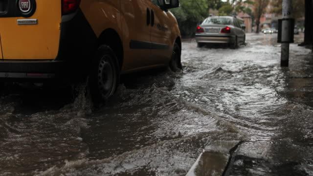 vidéos et rushes de les voitures conduisent sur une route inondée sous la pluie - météo