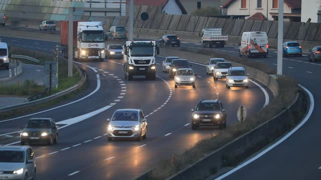 vidéos et rushes de cars drive on the highway at the end of the day on november 24, 2020 in chambery, france. during this new lockdown, french must travel with a travel... - grands axes de circulation