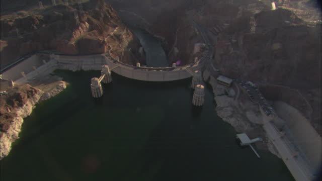 vídeos de stock, filmes e b-roll de cars drive over the hoover dam on boulder highway. - represa hoover