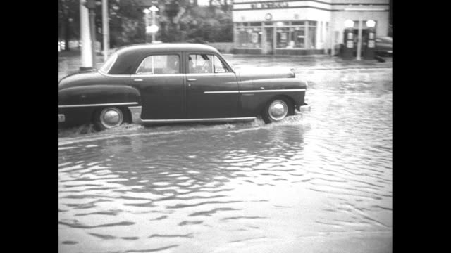 vidéos et rushes de cars drive through a couple inches of water on chicago streets / tanker truck approaches, kicking up spray as it moves through deeper water / car... - phare de véhicule