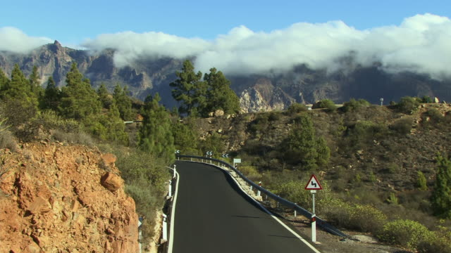 t/l ha ws cars driving along mountain road / gran canaria, spain - atlantikinseln stock-videos und b-roll-filmmaterial