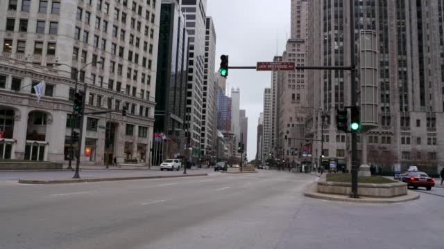vídeos de stock, filmes e b-roll de ws t/l cars driving by traffic light and buildings in michigan avenue / chicago, illinois, usa - chicago 'l'