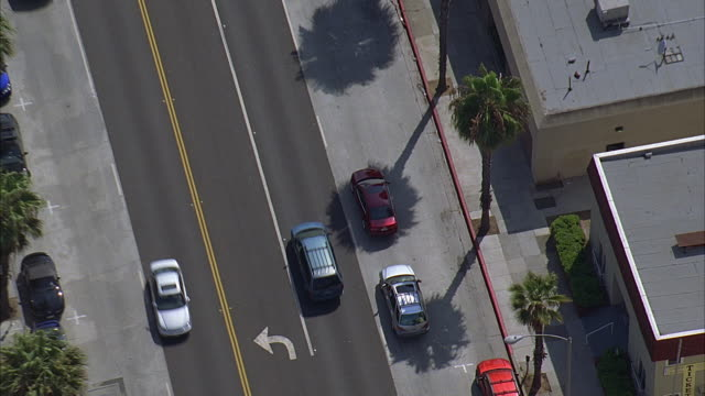 ha ws tu pan cars driving down street with view of cityscape, beach, and ocean in background / santa monica, california, usa - santa monica stock videos & royalty-free footage