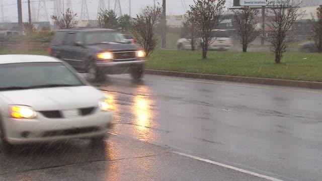 vídeos de stock, filmes e b-roll de cars driving in a snow flurry on november 11 2013 in hammond indiana - chuva congelada