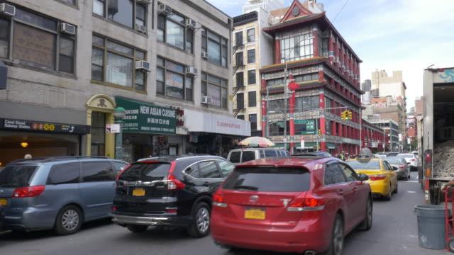 vídeos de stock, filmes e b-roll de cars driving in chinatown, new york city. - baixo manhattan