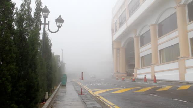 お車の運転には、霧。 - 電灯点の映像素材/bロール