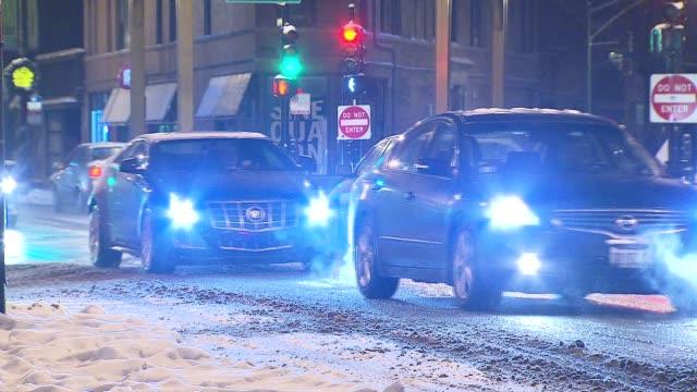 vídeos de stock, filmes e b-roll de cars driving in the snow on december 16 2013 in chicago illinois - chuva congelada