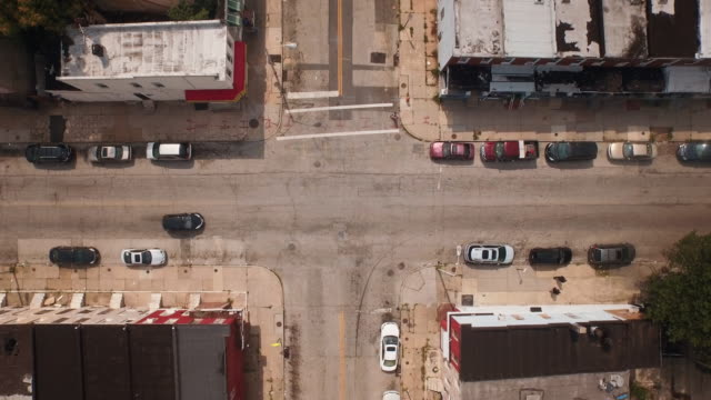 cars driving in urban intersection, baltimore, maryland, united states - baltimore maryland bildbanksvideor och videomaterial från bakom kulisserna