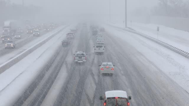 雪の覆われた道路で運転の車