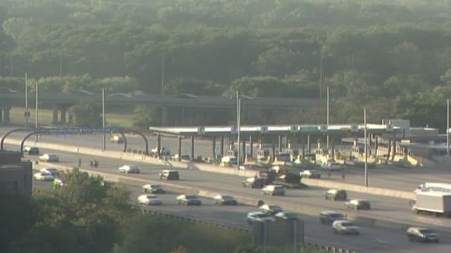 vídeos de stock e filmes b-roll de cars driving on illinois tollway - cabina de portagem