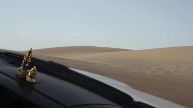 cars dune bashing on a desert safari, abu dhabi - sanddyn bildbanksvideor och videomaterial från bakom kulisserna