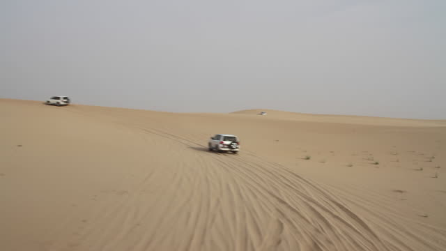 vidéos et rushes de cars dune bashing on a desert safari, abu dhabi - dune de sable