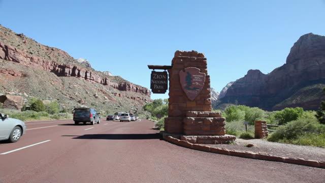ws pan cars entering in national park/ zion national park, utah, united states  - ザイオン国立公園点の映像素材/bロール