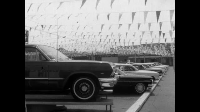 vídeos de stock e filmes b-roll de cars for sale at an american dealership; 1964 - imagem múltipla