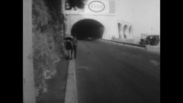 vidéos et rushes de cars going round the streets during the monaco grand prix / announcer states the winner is dennis hulme second place was graham hill and third place... - graham hill
