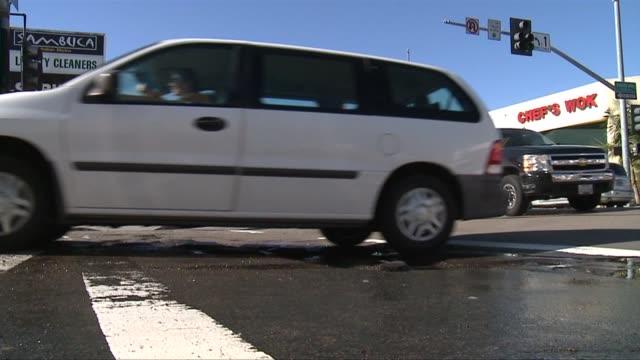 vídeos de stock, filmes e b-roll de ktla cars going through potholes - caldeirão água parada