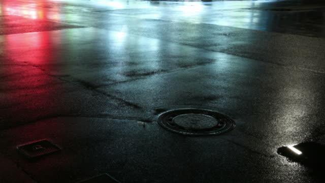 Autos in der Nacht auf einem nassen street