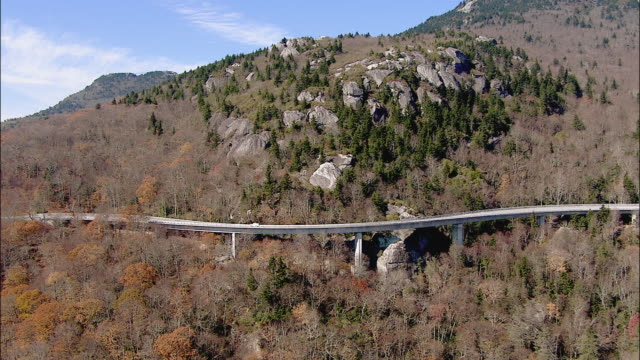Cars move along the Blue Ridge Parkway highway in late autumn.