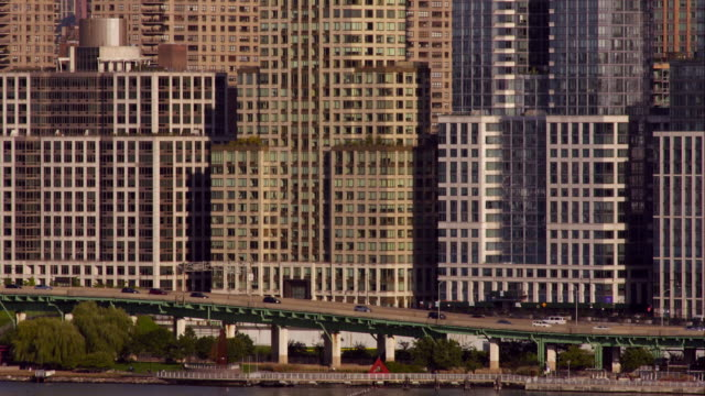cars move along the west side highway in front of skyscrapers in new york city - 實時拍攝 個影片檔及 b 捲影像