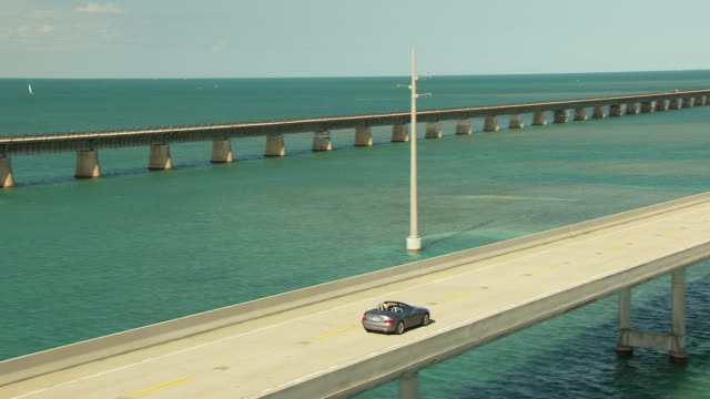 ws aerial ts zo cars moving along overseas highway and seven mile bridge in florida keys / florida, united states - brücke stock-videos und b-roll-filmmaterial