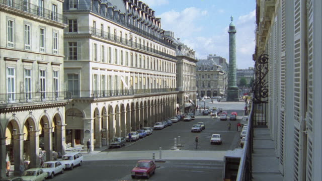 stockvideo's en b-roll-footage met ws cars moving in front of hotel inter-continental at rue de la paix area in paris - colonne vendome