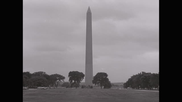 stockvideo's en b-roll-footage met ws cars moving nearby washington monument / washington dc, united states - monument