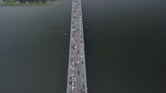 vidéos et rushes de cars moving on banpo bridge over han river / seoul, south korea - migration quotidienne