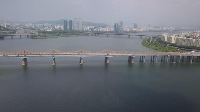 vídeos de stock e filmes b-roll de cars moving on donghodaegyo bridge and olympic expressway at han river / gangnam-gu, seoul, south korea - placa de nome de rua