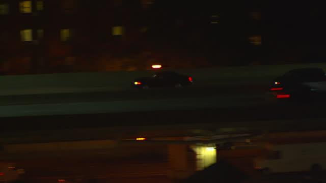 ms aerial ts zo cars moving on highway in city / new york, united states - トラッキングショット点の映像素材/bロール