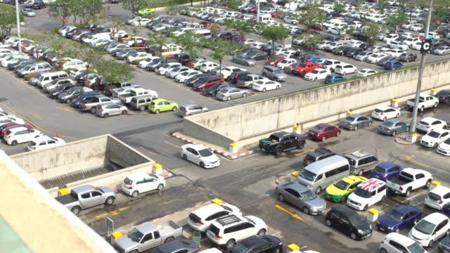 autos auf einem parkplatz in thailand - parken stock-videos und b-roll-filmmaterial