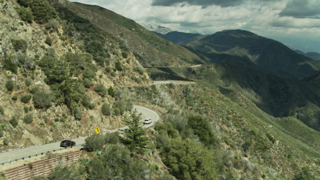 サンガブリエル山脈のアンジェルスクレストハイウェイの車 - ドローンショット - エンジェルス国有林点の映像素材/bロール