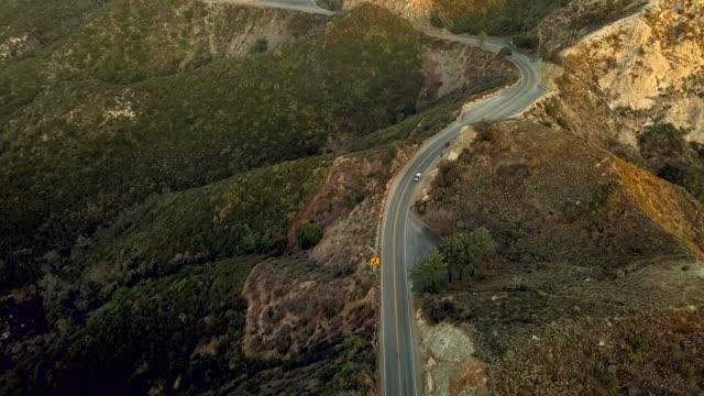 空中ドローン ショット ロサンゼルス - ロサンゼルス クレスト高速道路上の車 - エンジェルス国有林点の映像素材/bロール