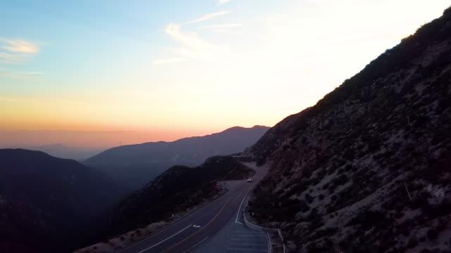 vidéos et rushes de voitures sur angeles crest highway, los angeles - drone aerial shot - phare arrière de véhicule