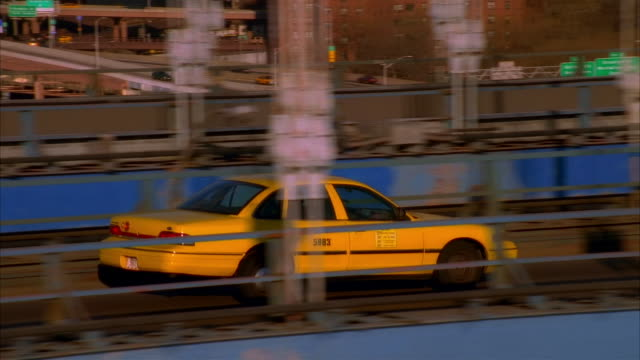 ts, tu, ws cars on brooklyn bridge, downtown skyline, new york city, new york, usa - gelbes taxi stock-videos und b-roll-filmmaterial