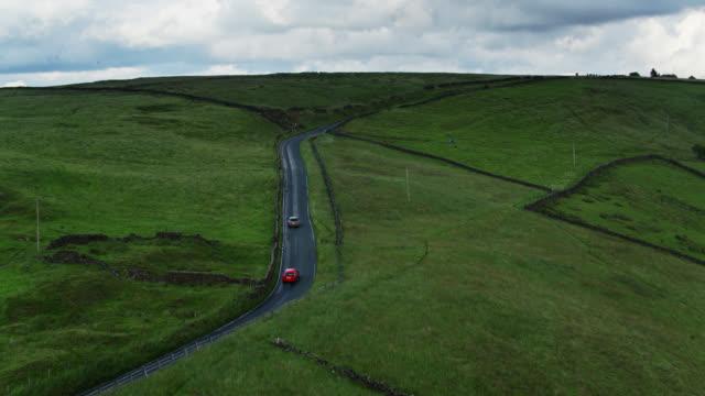 vídeos y material grabado en eventos de stock de coches en country road en lancashire - drone shot - lancashire