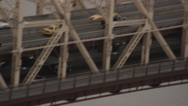 low aerial zi zo cars on queensboro bridge and manhattan skyline, new york city, new york, usa - queensboro bridge stock videos & royalty-free footage