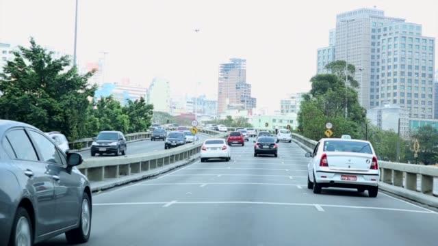 vídeos de stock, filmes e b-roll de pov de carros na radial leste em são paulo - ponto de vista de carro