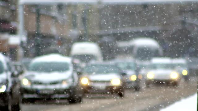 車で滑りやすい路面の道路、