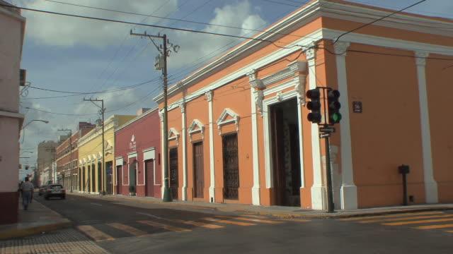 vídeos y material grabado en eventos de stock de ws cars on street in old town / merida, yucatan, mexico - mérida méxico