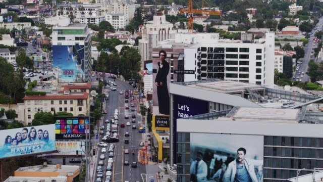 vídeos de stock e filmes b-roll de cars on the sunset strip, west hollywood - drone shot - bulevar