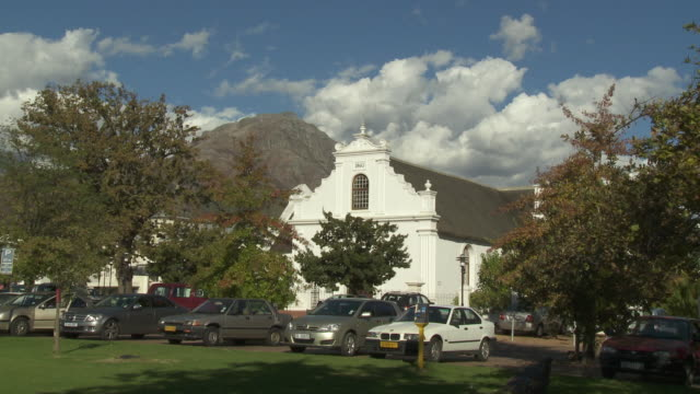 vídeos de stock, filmes e b-roll de ws cars outside dutch reformed church, stellenbosch, franschhoek, western cape, south africa - stellenbosch