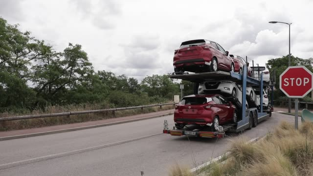 vidéos et rushes de cars pass by loading truck french car manufacturer renault factory as background on june 17 2020 in flins france following the covid19 crisis french... - isore vincent