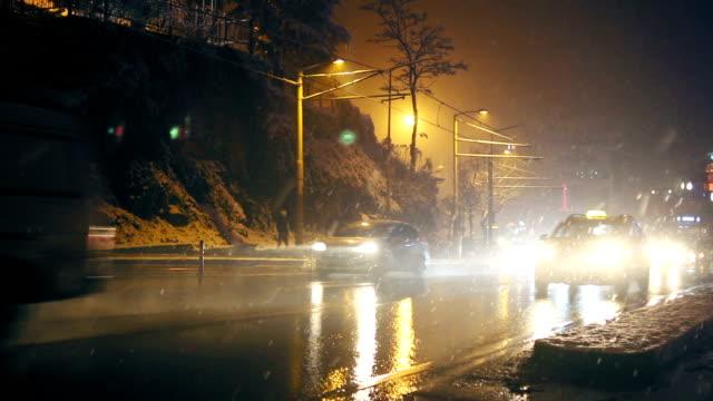 vídeos de stock e filmes b-roll de cars passing by in a rainy night - autocarro