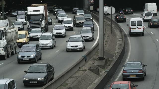 vidéos et rushes de cars passing on a freeway type road - autoroute