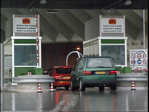 vídeos de stock, filmes e b-roll de zo, ms cars passing toll boths at mont blanc tunnel in rain, france - passar a frente