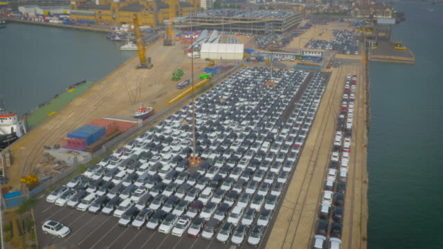 vídeos de stock e filmes b-roll de cars ready for export at southampton port, uk filmed by drone - southampton inglaterra