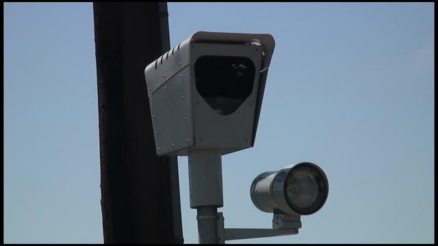 (hd1080i )車に反映される赤い照明の監視カメラ - 盗み聞き点の映像素材/bロール
