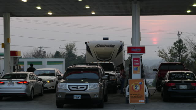 cars refueling at shell gas station, georgia, usa - tanken stock-videos und b-roll-filmmaterial